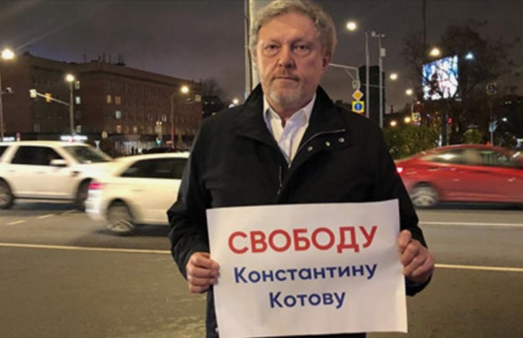 Григорий Явлинский вышел на пикет в поддержку политзаключенных