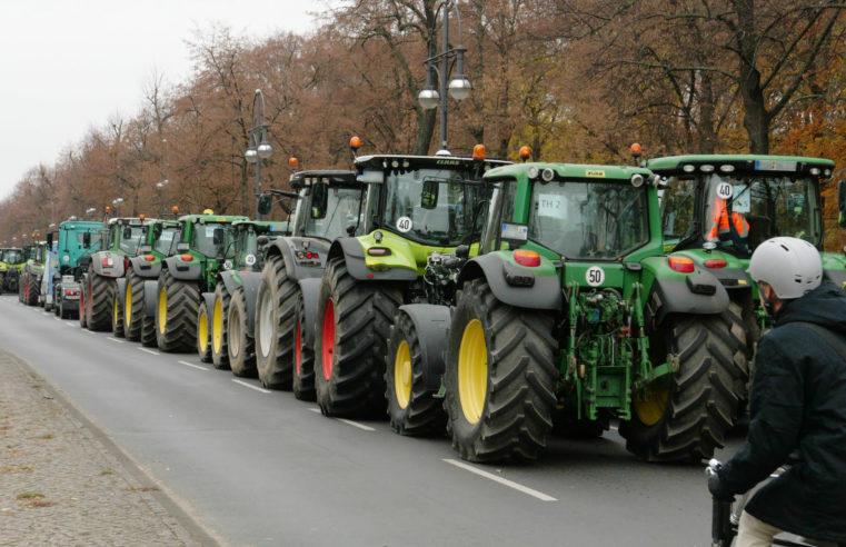 Tausende deutsche Landwirte blockieren den Verkehr in der Berliner Innenstadt