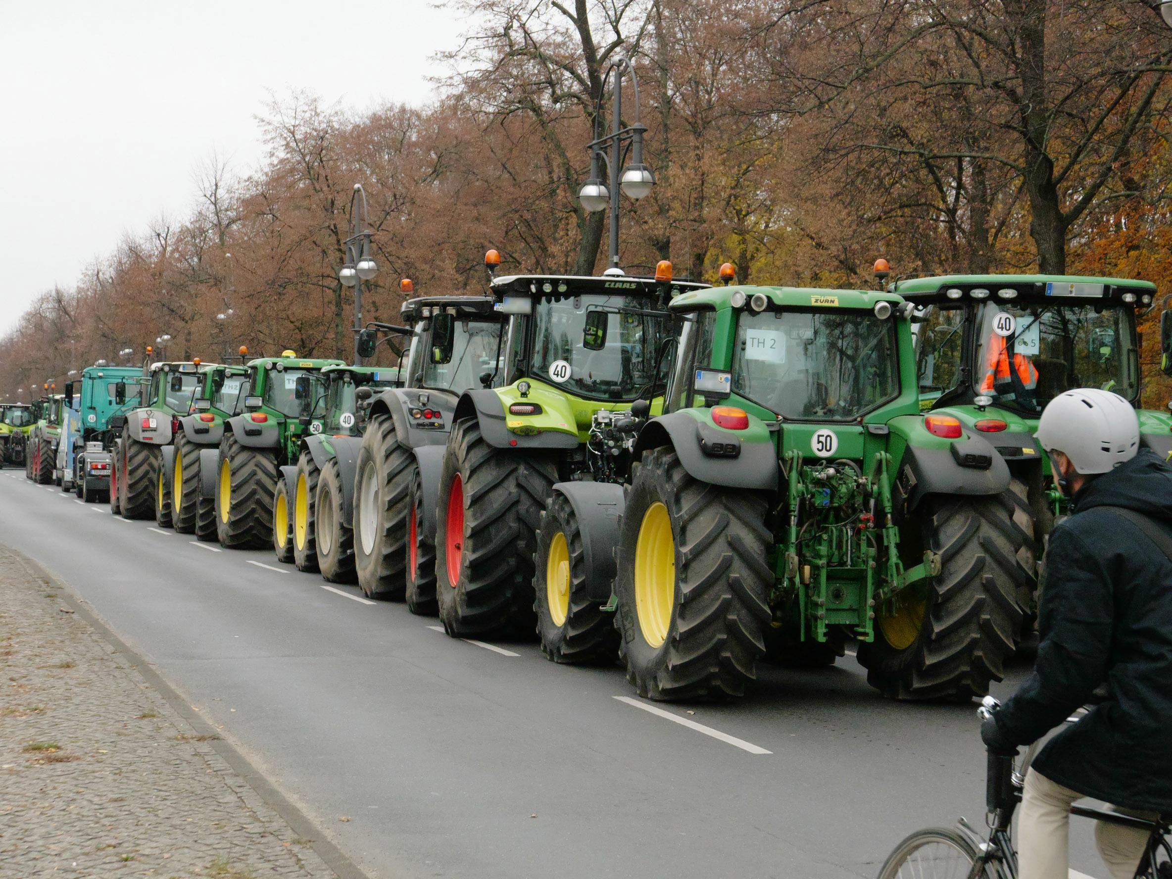 Тысячи немецких фермеров перекрыли движение транспорта в центре Берлина