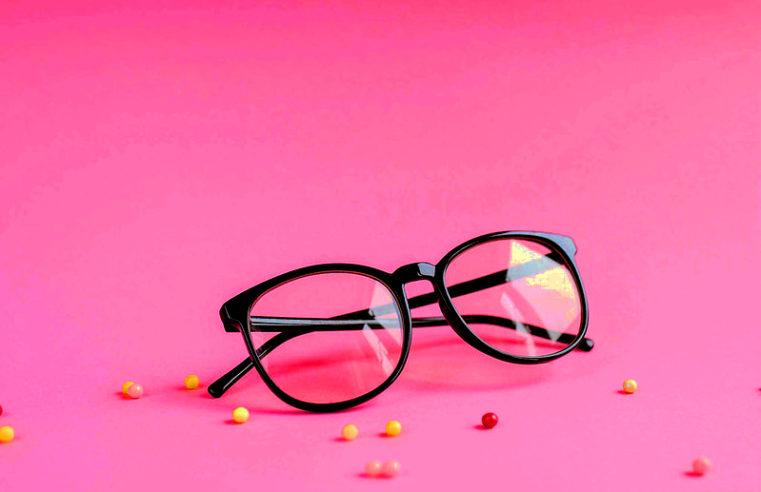 Абсурдный запрет в Японии: Женщины не могут носить очки на работе, потому что теряют свою женственность