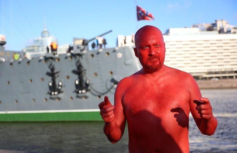 «Das Baden von dem roten mir» Der Aktivist badet in der Nähe des Aurora-Kreuzers